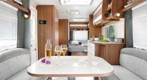 une vue d'ensemble de l'intérieur de la caravane Venicia Premium de Caravelair